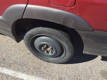 在汽车的紧急备用轮胎 免版税库存照片
