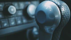 在汽车的自动变速杆 免版税库存图片
