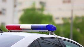 在汽车的警察光在城市道路的交通监视期间 在紧急情况服务的车的闪光光 股票视频