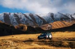 在汽车的越野旅行在山路在高加索,乔治亚 免版税库存照片
