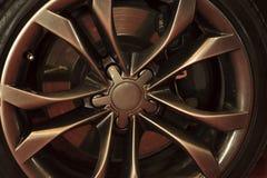 在汽车的车轮,特写镜头,低调 免版税库存照片