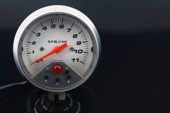 在汽车的车速表措施的速度 免版税库存图片