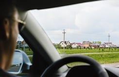 在汽车的轮子的后人 免版税图库摄影