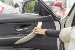 在汽车的轮子的后女孩 免版税图库摄影