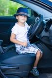 在汽车的逗人喜爱的司机 免版税库存图片