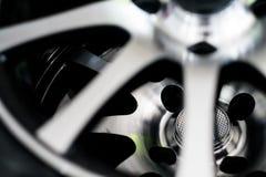 在汽车的银色轮子 免版税图库摄影
