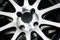 在汽车的银色轮子 库存图片