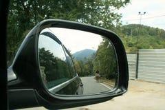 在汽车的镜子的反射 免版税库存图片