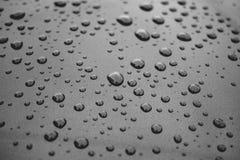 在汽车的雨珠 库存图片