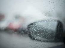 在汽车的雨 免版税库存图片