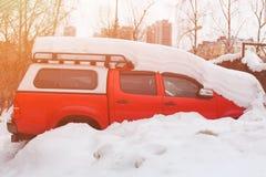 在汽车的雪在降雪以后 冬天都市场面 暴风雪 在雪下厚实的层数的汽车  免版税库存照片