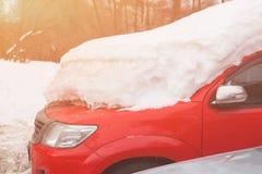 在汽车的雪在降雪以后 冬天都市场面 暴风雪 免版税图库摄影