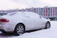 在汽车的雪在降雪以后 冬天都市场面 免版税库存图片