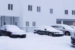 在汽车的雪在降雪以后 冬天都市场面 库存图片