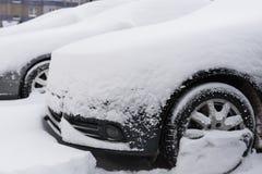 在汽车的雪在降雪以后 冬天都市场面 图库摄影