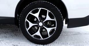 在汽车的非散布的防滑轮胎在冬天路 库存图片