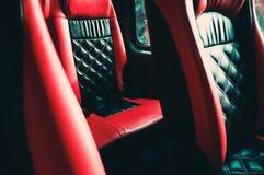 在汽车的黑红色皮革位子 免版税库存图片