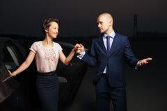 在汽车的年轻企业夫妇 免版税库存图片