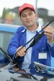 在汽车的Woker改变的风档刮水器 库存照片