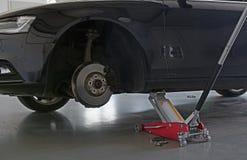 在汽车起重器的汽车 库存照片