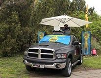 在汽车超低音扬声器在城市公园,基辅的无线电DJ FM戏剧音乐, 免版税库存图片