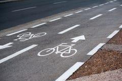 在汽车路旁边的自行车路 免版税图库摄影