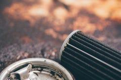在汽车车库的老润滑剂发动机润滑油滤清器 免版税库存照片