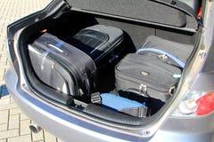 在汽车载物架的手提箱 免版税库存图片