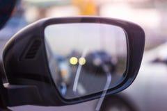 在汽车边镜子的交通堵塞 免版税图库摄影