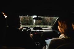 在汽车里面的年长爱恋的夫妇 免版税库存照片