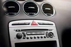 在汽车里面的气流 细节在汽车的音象系统按钮 免版税图库摄影