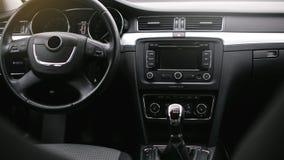 在汽车里面的气流 细节在汽车的音象系统按钮 免版税库存照片