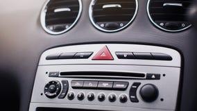 在汽车里面的气流 细节在汽车的音象系统按钮 库存照片