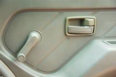 在汽车里面的门把手 免版税图库摄影