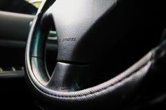 在汽车里面,司机的位置,等待 免版税库存照片