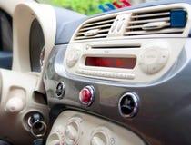 在汽车里面:仪表板和室内设计 库存图片