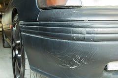 在汽车防撞器的破裂的油漆 库存图片