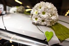 在汽车的婚礼花束 图库摄影