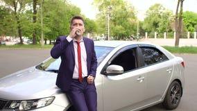 在汽车附近的商人饮用的咖啡在街道上 股票录像