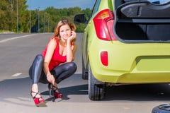 在汽车附近的情感女孩 免版税图库摄影