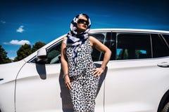 在汽车附近的白肤金发的女实业家在城市 免版税图库摄影