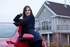 在汽车附近的美丽的女孩 免版税库存图片