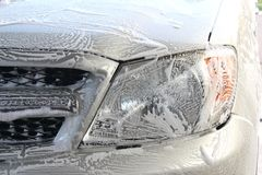 在汽车面孔的洗涤泡沫 免版税图库摄影