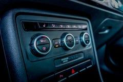 在汽车驾驶舱里面的温度控制按钮 免版税库存照片