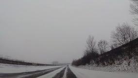 在汽车,在高速公路的雪的仪表板照相机 影视素材