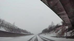 在汽车,在高速公路的雪的仪表板照相机 股票视频