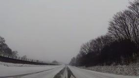 在汽车,在高速公路的雪的仪表板照相机 股票录像
