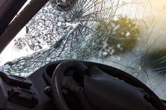 在汽车,方向盘从事故弯曲了 免版税库存图片
