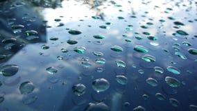 在汽车玻璃的Watedrops在雨以后 免版税库存照片