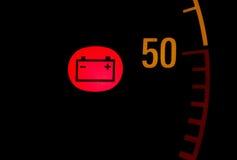 在汽车仪表板的电池低红灯象 图库摄影